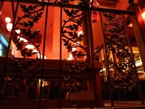 Durch Gitter späht man in das Restaurant