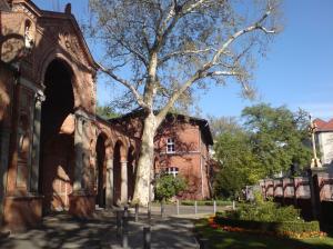 Eingang zum Sommergarten über den Vorhof der Kirche