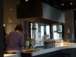 Ein paar Plätze gibt es auch direkt an dem Küchenblock
