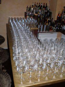 Im Kürze befüllt geschultes Barpersonal die Gläser (und zwar alle)