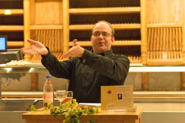 Peter Eichhorn im leidenschaftlichen Vortrag. Im zweiten Glas von links: Riedenburger 5-Korn-Bier!