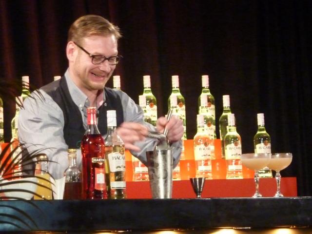 Dennis - charmant, eloquent und mit schmackhaftem Drink