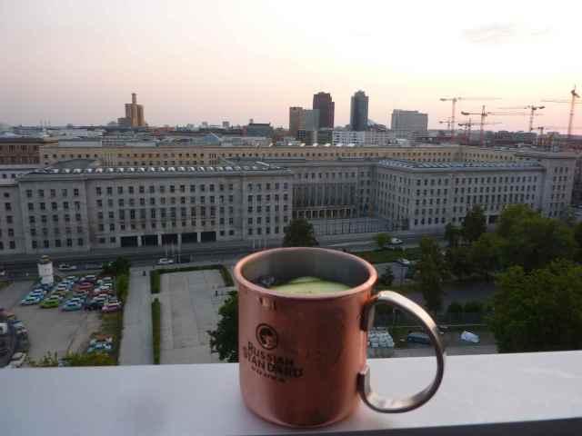 Russian Mule vor der Kulisse des Finanzministeriums