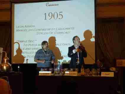 Dave Wondrich und Alexandre Gabriel präsentieren die Geschichte und Rezeptur des Dry Curacao aus dem Hause Ferrand. Monsieur Gabriel hatte in der Nacht zuvor den Feueralarm ausgelöst. Wobei? Beim Destillieren auf dem Hotelzimmer. Logisch.